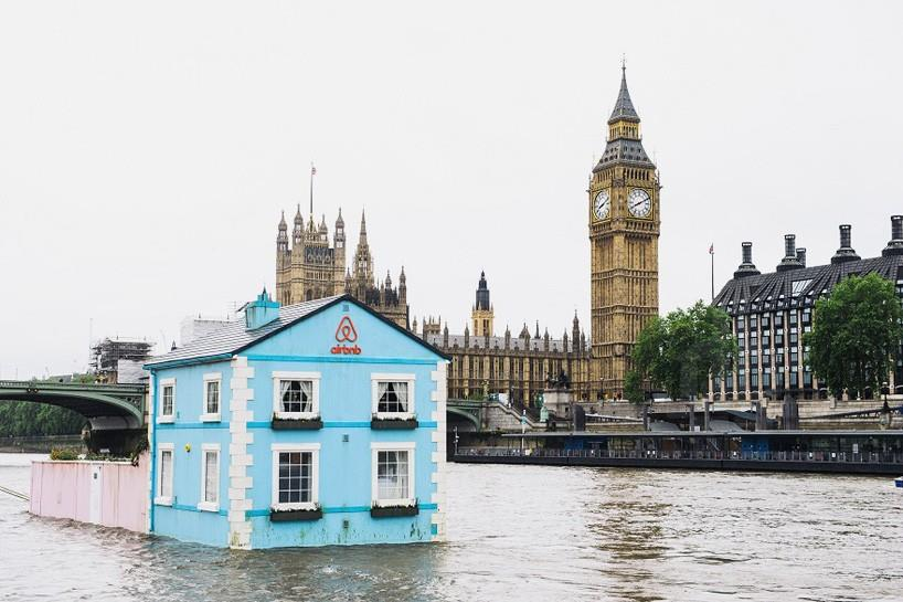 airbnb floating house river thames london designboom 01 818x545